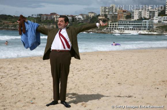 Sydney, Australie :   Mr Bean impose son style. Exit les nanas en bikini ou le topless, ici on vient en costume kaki avec son nounours. Ils sont drôles ces Australiens...