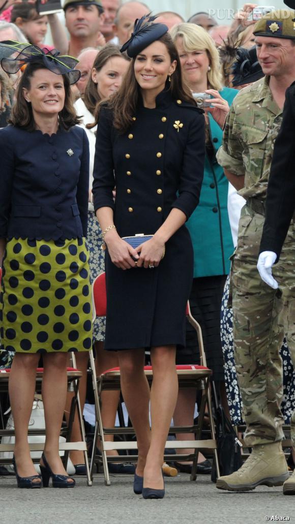 Kate Middleton, royale en robe ornée de boutons dorés.