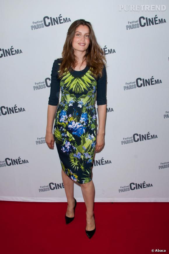 """Laetitia Casta foule le tapis rouge pour la première de son nouveau film """"Derrière les murs""""."""