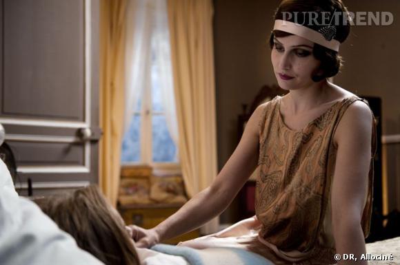 Un headband, noué autour de la tête,  rappelle les années Charleston.