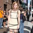 Emma Watson expérimente le look graphique avec une robe  Christopher Kane , aux extrémités transparentes.