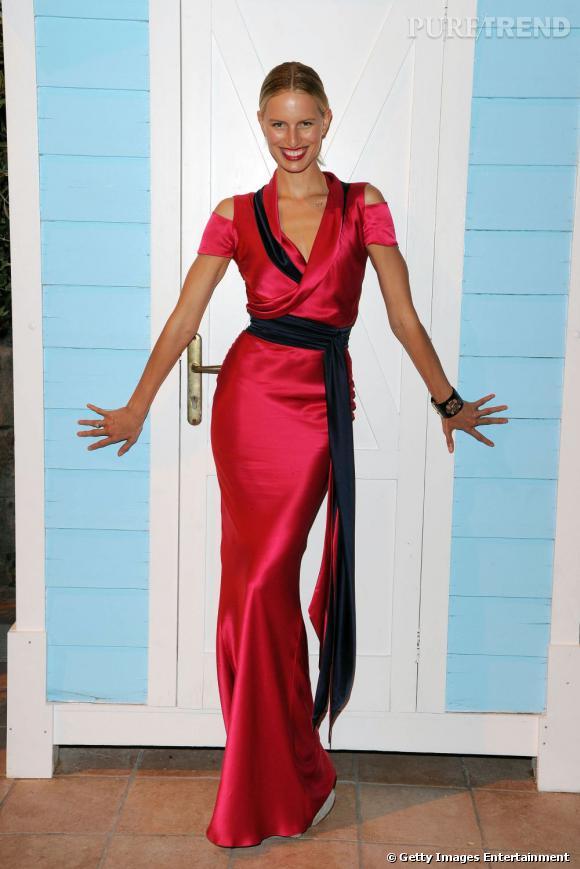 Karolina Kurkova japonisante, en robe rouge portefeuille, pour le Festival Ischia Global, en Italie.