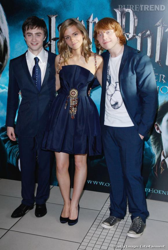 2007 :  La belle Emma Watson se livre enfin et s'impose comme une véritable modeuse dans cette robe bustier marine. Les garçons, très raccords, sont tout aussi parfaits.