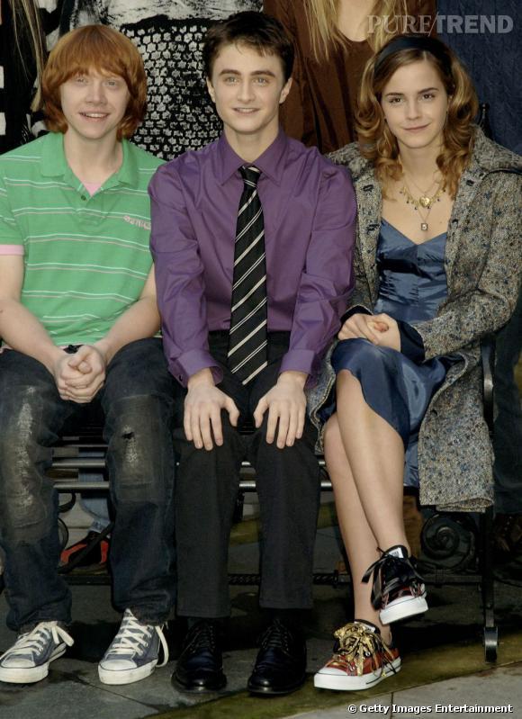 2005 :  sur les bancs d'école pour une photo officielle, Daniel joue les premiers de classe (en même temps c'est Harry Potter...), Emma est chic et rock et Rupert reste simple mais tendance pour un garçon de son age. On aime bien.