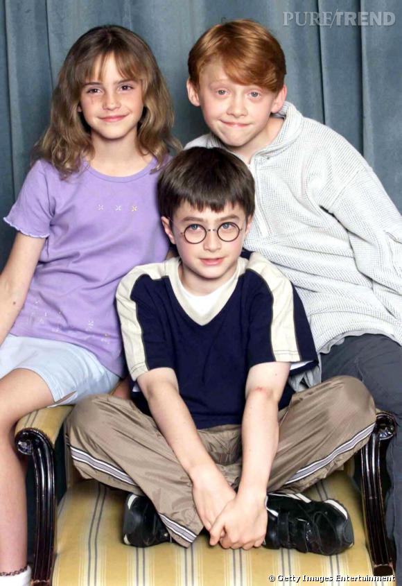 """2000 : le trio """"Harry Potter"""" né et le public est comblé. Entre petites bouilles craquantes et sourires timides, Emma, Daniel et Rupert -du haut de leurs 10 ans- sont au debut de la gloire."""