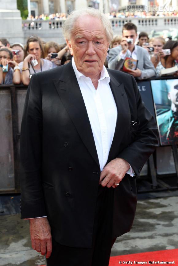 Michael Gambon a préféré se débarrasser de la longue barbe qui a fait sa réputation. Mais il opte pour un joli costume noir.