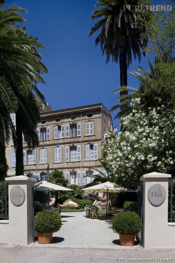 """Saint-Trop' est redevenu la destination en vogue depuis deux ans. Avec Chanel, Lanvin  ou Valentino, Christian Dior profite des beaux jours pour installer une boutique éphémère dans les jardins de l'Ambassade. Une décoration intérieure imaginée par Peter Marino qui s'est inspiré de la boutique parisienne de l'avenue Montaigne. Un bijou d'élégance et d'inventivité qui se poursuit dans les jardins où le salon de thé """"Dior des Lices"""" devrait ravir les gourmands gastronomes grâce au chef étoilé Yannick Alléno. 25, rue François Sibilli, Saint Tropez."""