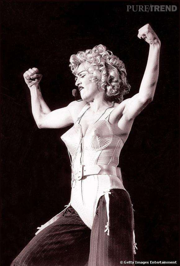 Madonna portant le corset Jean-Paul Gaultier sur un pantalon large. Elle entame la tournée avec cette coiffure style Marilyn Monroe.