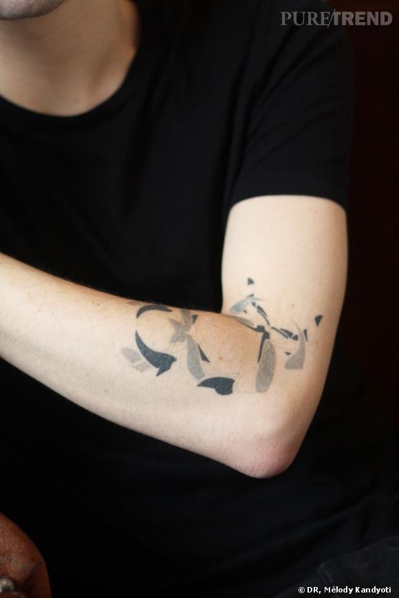Il fait faire ses tatouages chez Dragon tatoo (20, rue du Roi de Sicile, 75004 Paris). Celui-ci n'est pas fini mais il préfère le laisser en l'état car les différents niveaux de gris lui plaisent.
