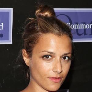 Chignon de danseuse et teint nude, Charlotte Ronson s'offre un summer look sans faute.