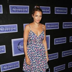 Charlotte Ronson, adorable dans une robe estivale, sandales à plateaux de bois aux pieds. On note un rouge vernis qui apporte beaucoup de féminité à sa tenue.