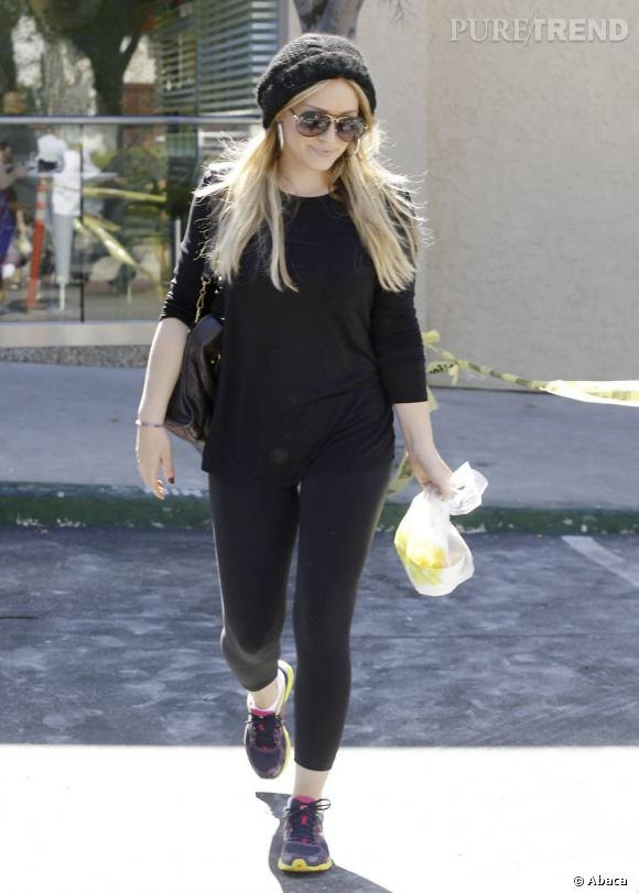 Hilary Duff, enceinte, s'active à la salle de sport en legging noir et baskets girly.