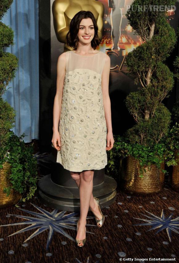 Aux Oscars, la comédienne porte une robe courte Chloé. Un look discret pour une cérémonie si prestigieuse.