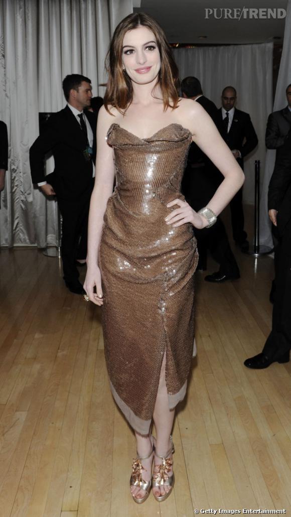 Dans cette robe Vivienne Westwood, Anne Hathaway dévoile pour la première fois une audace vestimentaire.