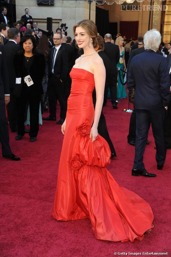 Le glamour est au rendez-vous dans cette somptueuse robe Valentino Couture, qui élève Anne au rang d'icône mode.