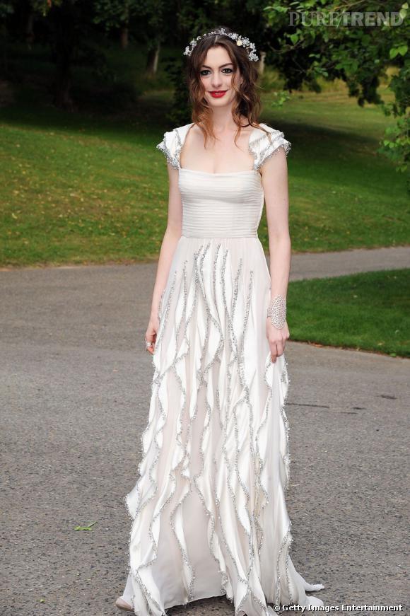 L'une des ses plus belles tenues : une robe Valentino Couture de la collection Printemps 2006. L'actrice ressemble à un ange avec cette couronne de fleurs.