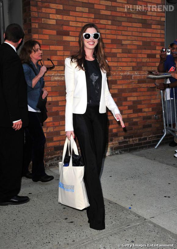 Exercice de style réussi dans ce smoking Balmain, qui mixe chic et attitude branchée avec une paire de larges solaires blanches. Sans aucun doute : Anne Hathaway est au top.