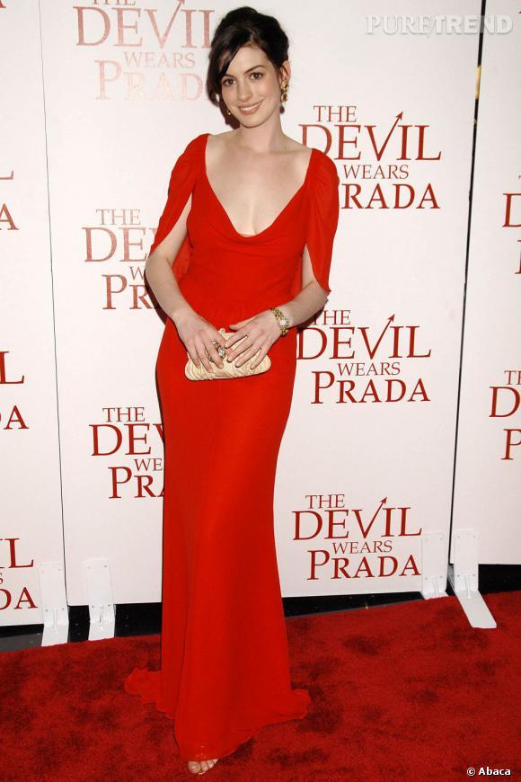 """Pour la première du """"Diable s'habille en Prada"""", Anne opte pour une longue robe rouge au décolleté vertigineux. La machine mode est lancée..."""