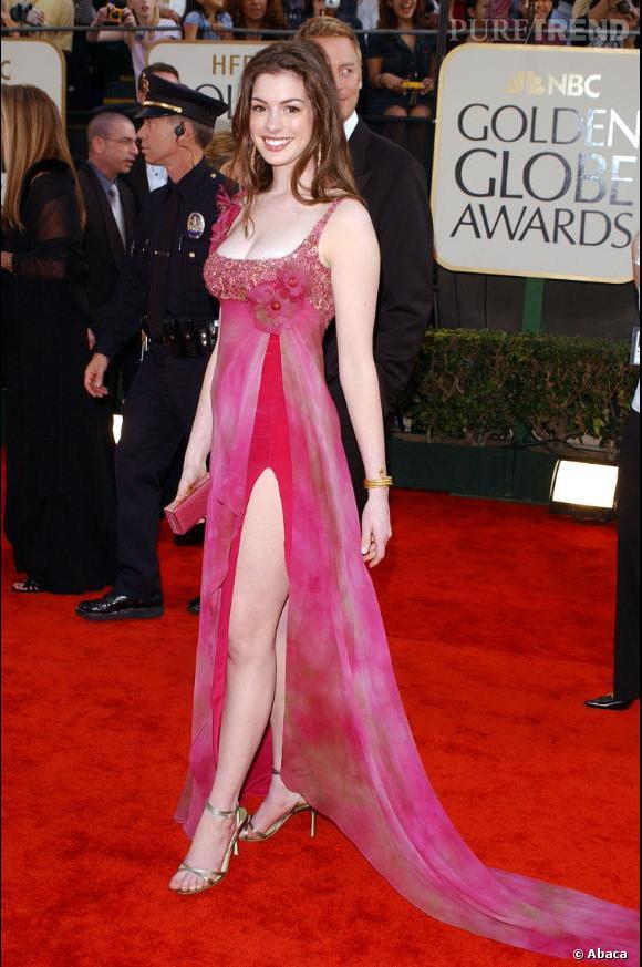 En robe fendue, Anne Hathaway augmente son potentiel sexy. Mais la couleur reste beaucoup trop girly.