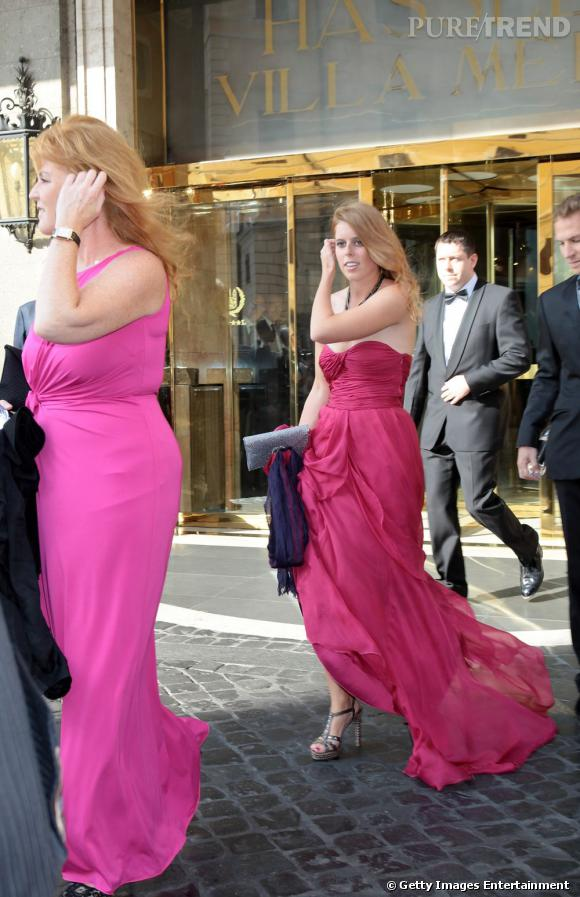 Aux côtés de sa mère, la jeune femme mise sur une robe bustier Alberta Ferretti, complétée d'une paire de sandales incrustées.