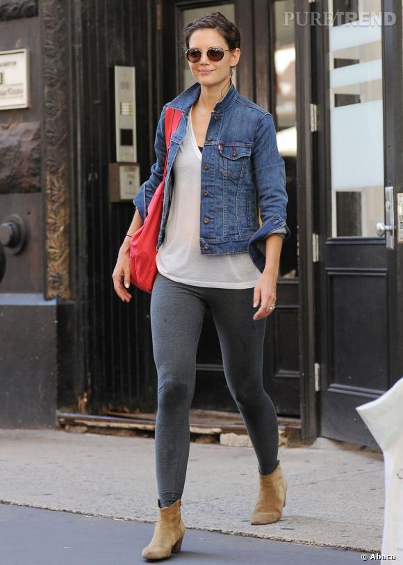 legging aux gambettes et veste en jean sur les paules la jeune femme gagne en style avec une. Black Bedroom Furniture Sets. Home Design Ideas