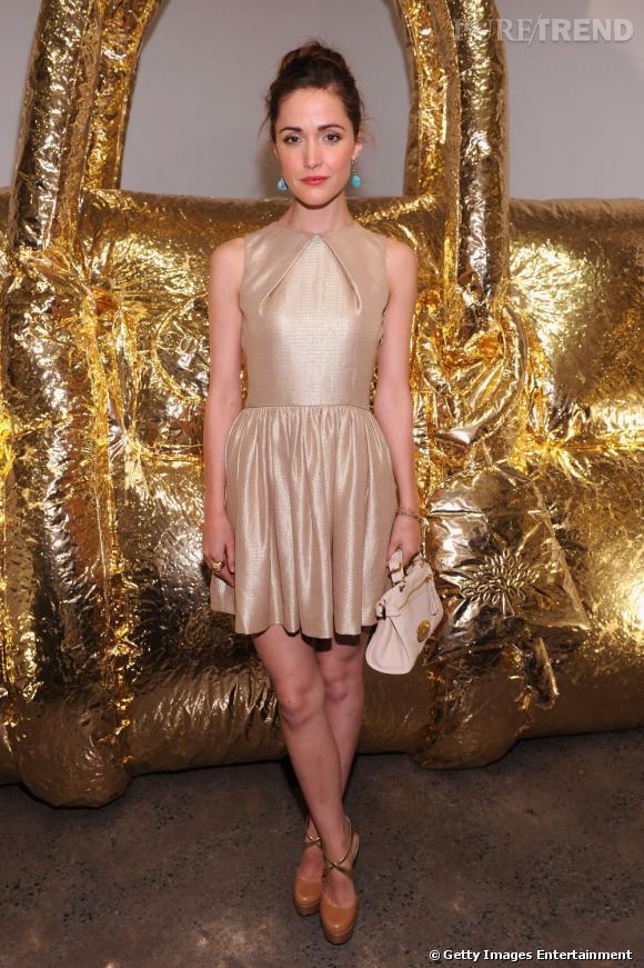 """Rose Byrne en robe Mulberry collection resort 2012, mini """"Satchel"""" de la maison à la main."""