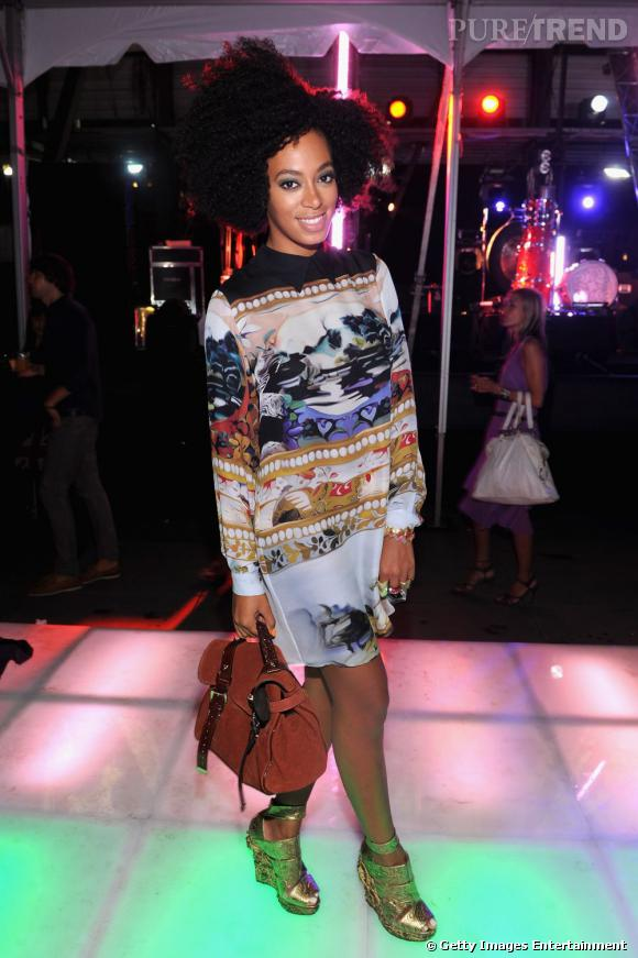 Solange Knowles joue la carte de l'originalité dans une robe Mary Katrantzou. Mulberry à la main of course.