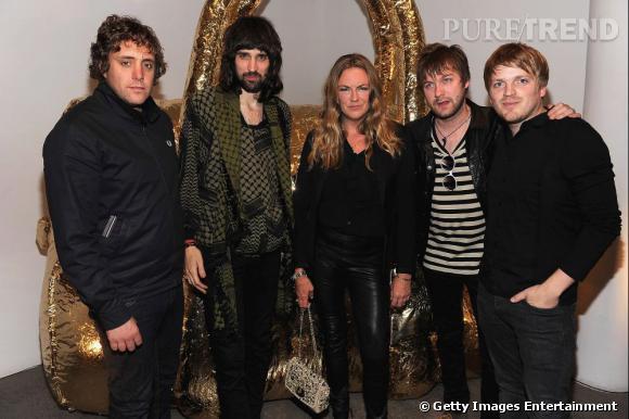 Le groupe Kasabian entoure Emma Hill, directrice artistique de Mulberry.