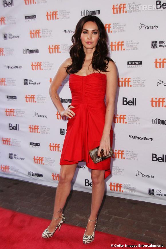 Megan Fox soigne toujours sa réputation de femme fatale, ici avec une mini-robe rouge vif signée Thakoon.