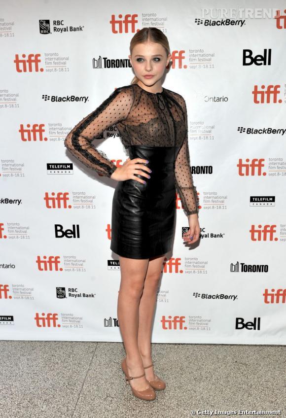 Chloe Moretz a opté pour un look ultra-sexy signé Valentino : une mini-robe bimatière, en cuir et dentelle, mais laisse le col amovible au podium. Dommage...