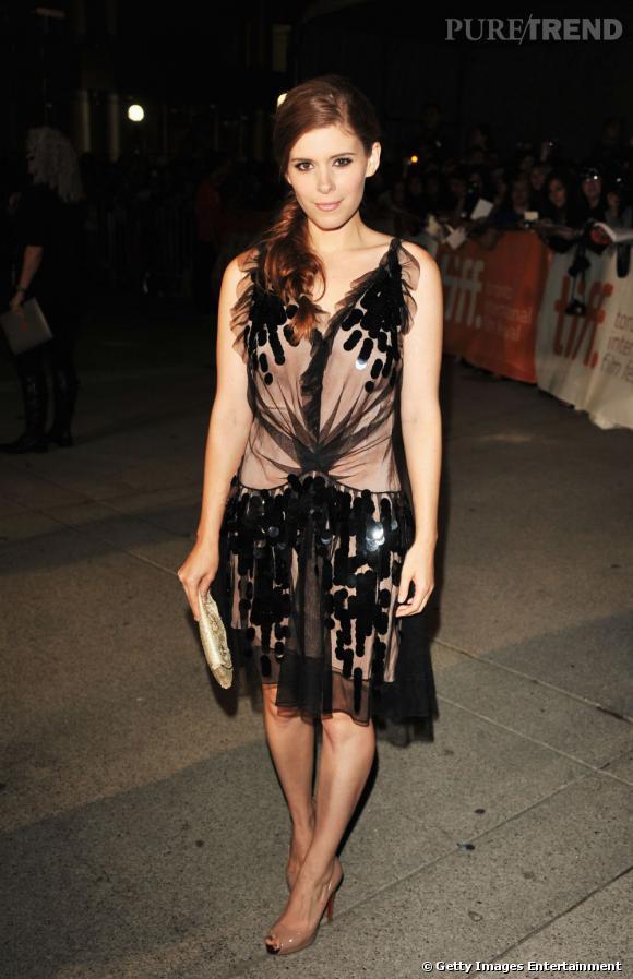 Kate Mara s'offre une robe Christian Dior pour une tenue très années folles, mais oublie les accessoires à plumes.