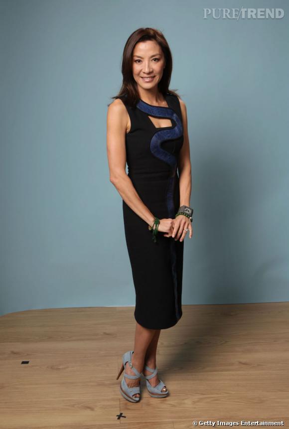 Michelle Yeoh l'a bien compris : la petite robe noire Versace se suffit à elle-même, pas besoin d'en faire trop.