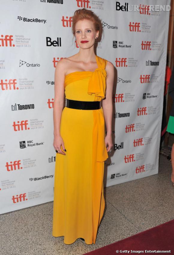 La jolie rousse Jessica Chastain sait se mettre en valeur, avec une longue robe safran de chez Viktor & Rolf.