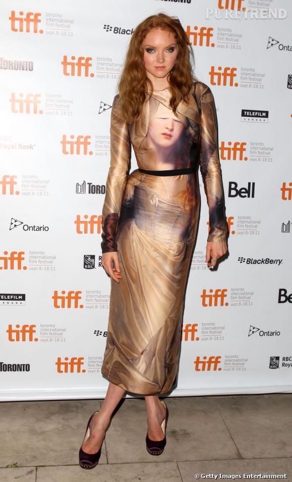 Lily Cole s'offre un look baroque et sexy, avec une robe ajustée signée Giles Deacon.
