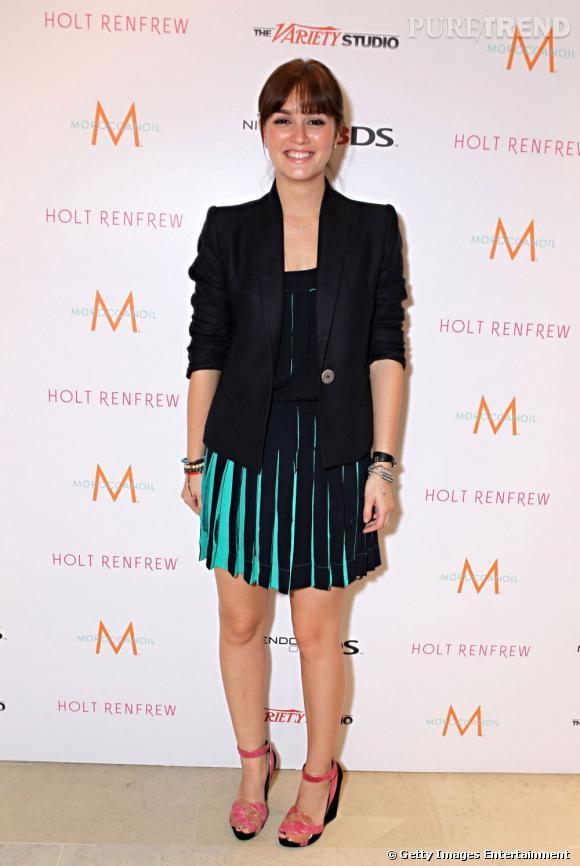 Leighton Meester a craqué pour une petite robe plissée de chez Louis Vuitton, mais opte pour une veste noire au lieu de rouge. Plus sobre que la version look book.