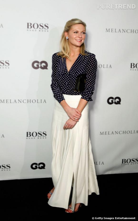 Kirsten Dunst ose le mix and match de luxe : une blouse Prada à pois, avec une jupe longue Chanel.