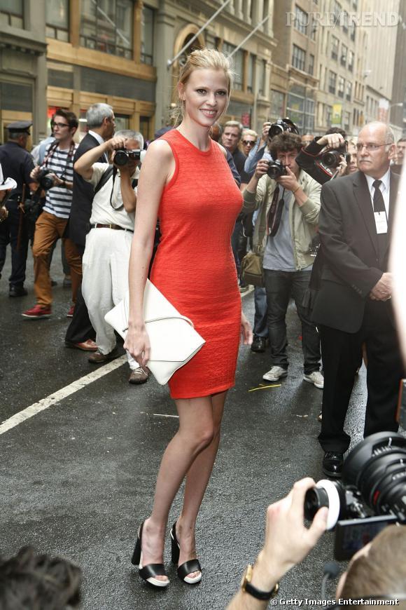 C'est qui ?    Lara Stone, top model et égérie Calvin Klein.       Son look ?    Un total look Calvin Klein, cela va de soi.