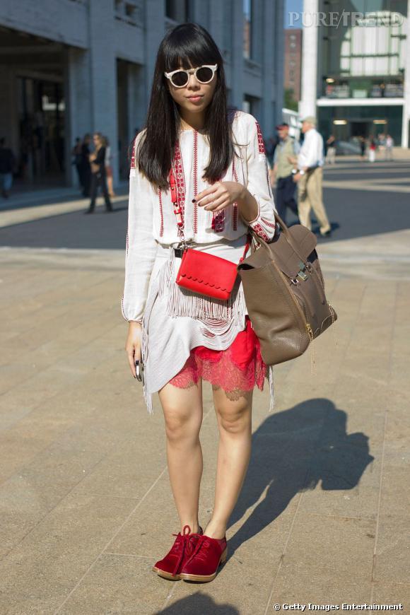 C'est qui ? Susie Bubble, bloggeuse anglaise (Stylebubble)  Son look ? Un top vintage, une robe Meadham Kirchhoff, une jupe Toga, des chaussures Simone Rocha, des lunettes Illesteva, un sac Jaeger bag, et un autre sac 3.1 Phillip Lim.