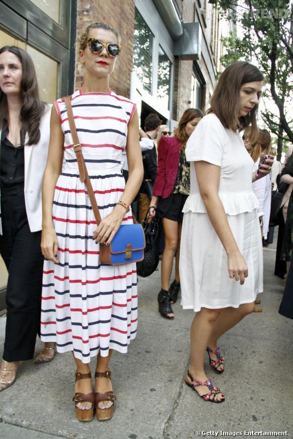 C'est qui ?    Natalie Joos, directrice de casting.       Son look ?    Une robe rayée vintage, des sandales compensées Celine et des lunettes Karen Walker.