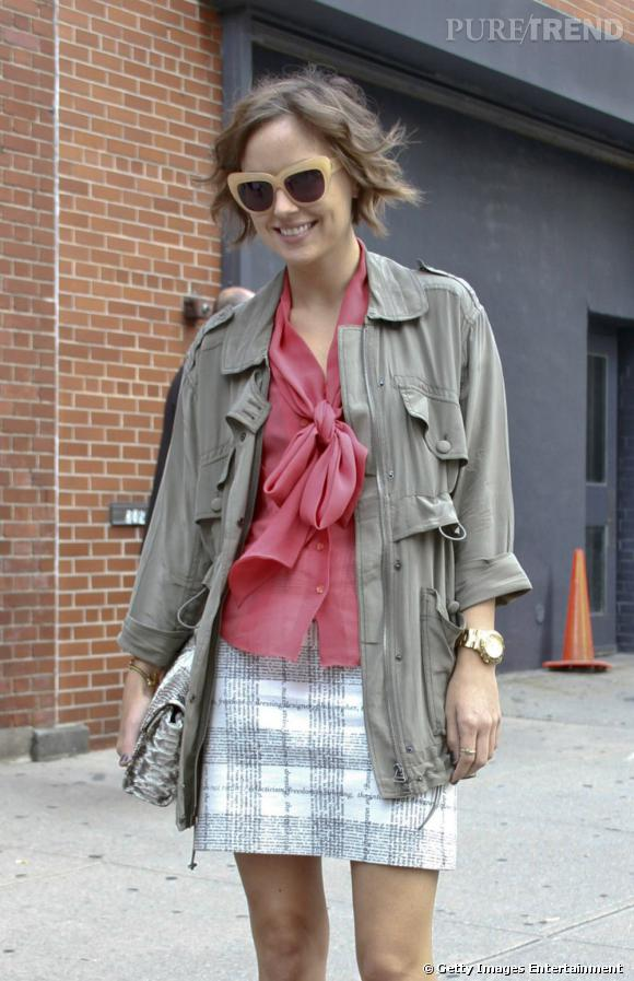 C'est qui ?    Kelly Framel, bloggeuse mode ( The Glamourai )       Son look ?    Une parka Club Monaco, une blouse Paul Smith, une jupe Moschino, et des lunettes House of Harlow.