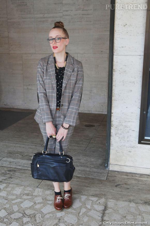 C'est qui ?    Kimberly Pesche, bloggeuse mode ( Eat.Sleep.Wear  )       Son look ?    Un costume H&M, un sac Rebecca Minkoff Bag, une paire de Doc Martins et des lunettes de vue Warby Parker.
