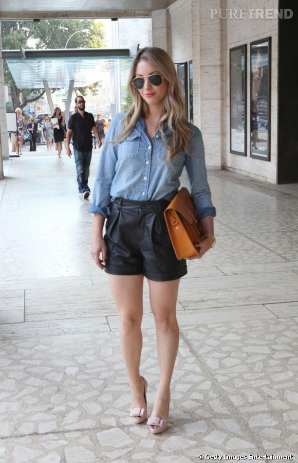 C'est qui ?    Emily Schuman, bloggeuse mode ( Cupcakes and Cashmere )       Son look ?    Un short en cuir Miu Miu, une chemise en jean Club Monaco, un sac The Leather Satchel Co, et des escarpins à noeuds Miu Miu.