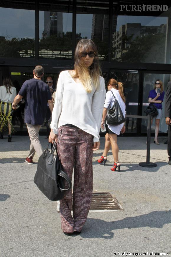 C'est qui ?    Rumi Neely, bloggeuse mode américaine ( Fashiontoast )       Son look ?    Un top en soie et un pantalon Zara, des escarpins Prada, des lunettes Karen Walker, et un sac Givenchy.