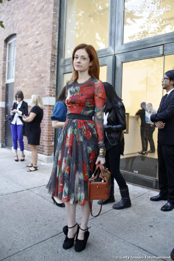 C'est qui ?    Stephanie LaCava, écrivaine et journaliste.       Son look ?    Une robe Dolce & Gabanna, des escarpins Miu Miu, et un sac Mark Cross.