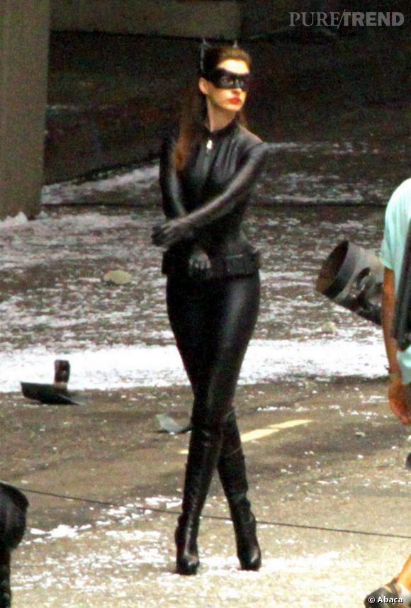 """Anne Hathaway sur le tournage du nouveau volet de la saga Batman, """"The Dark Knight Rises"""" à Los Angeles."""