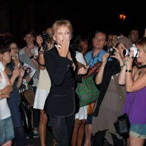 Arielle Dombasle assaillie chez Jean-Paul Gaultier.
