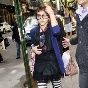 Tendance Beetlejuice, Lourdes Leon ose le legging rayé qu'elle associe à son look d'écolière rock.