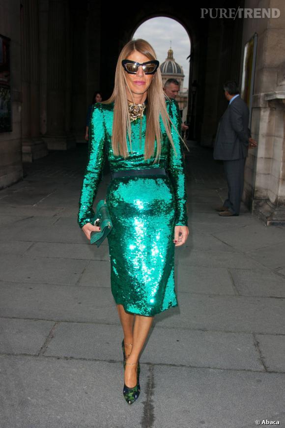Anna Dello Russo fait son arrivée au défilé Louis Vuitton à Paris.
