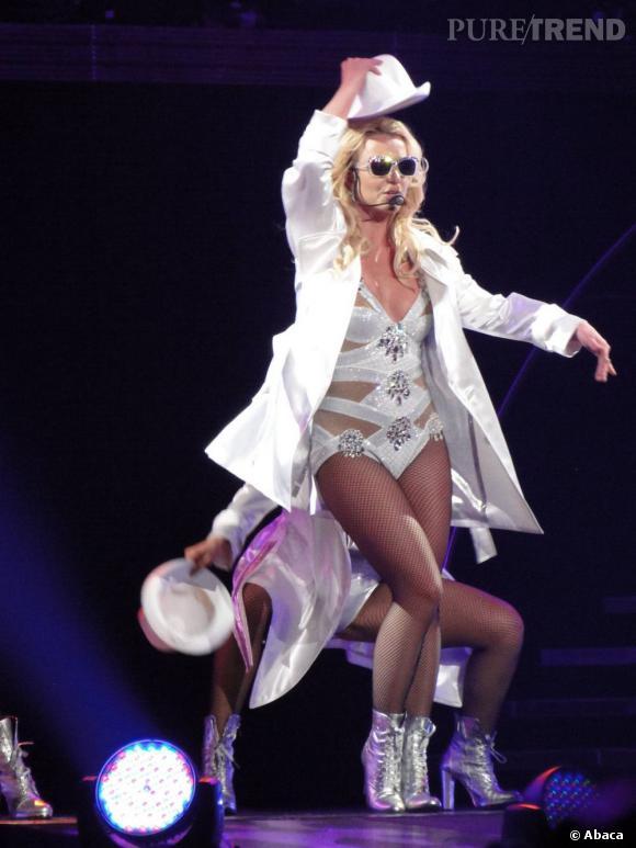 Un trench blanc, un chapeau et des lunettes de soleil, un look très music-hall pour l'icône Pop.