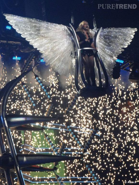 Un final spectaculaire, mini-robe glitter noire et impressionnantes ailes blanches : Britney mi-ange mi-démon